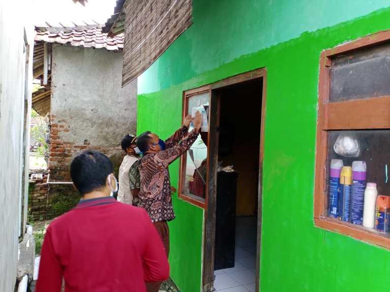 Kepala Desa Panyingkiran Pasang Stiker di Rumah Warga Yang Mendapat Bantuan PKH dan BLT