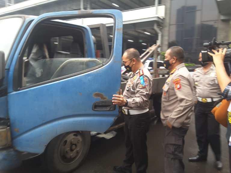 Polisi Ciduk Sopir Derek Liar Memeras Pengendara Truk di Tol Halim