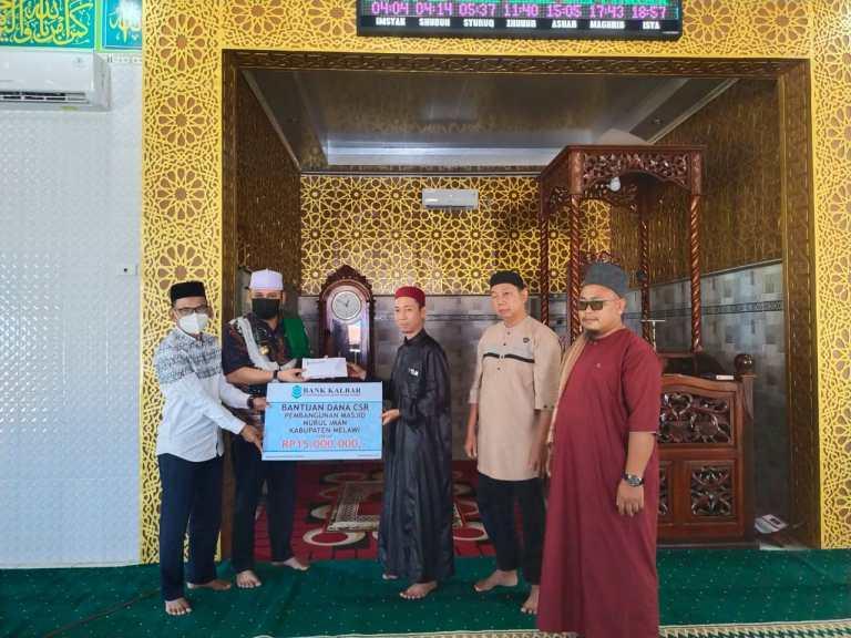 Bupati MelawiDidampingi Kepala Bank Kalbar Serahkan Bantuan CSR ke Pengurus Masjid Nurul Iman