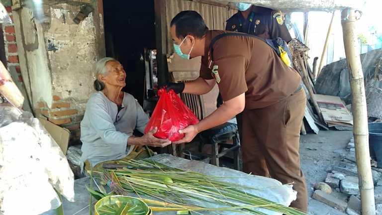 Kejari Buleleng Salurkan 50 Paket Sembako Untuk Lansia