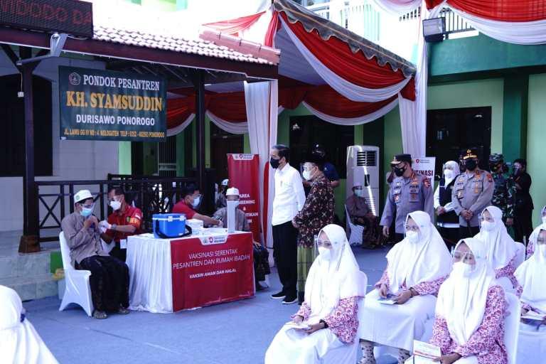 Presiden Didampingi Kapolri Tinjau Vaksinasi Merdeka di Ponpes dan Rumah Ibadah