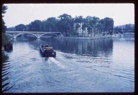 Barge-in-Seine
