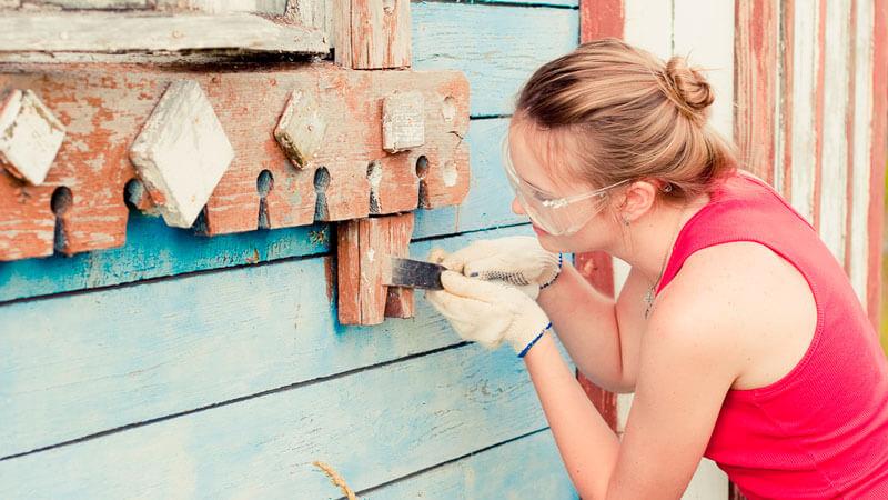 удаление старой краски с деревянного фасада