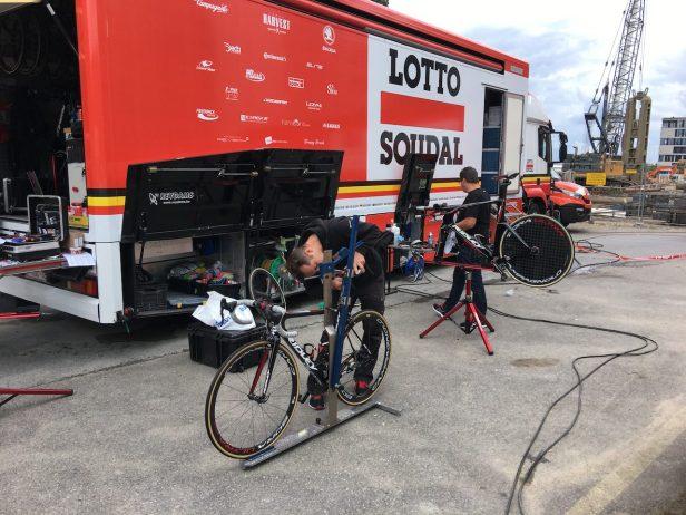 Mécaniciens réglant les vélos des coureurs.  Pour trouver les bonne dimensions de votre vélo indépendamment de sa taille