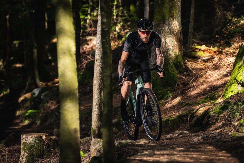Cycliste dans les bois avec un Gravel Moustache bike Dimanche 29.3
