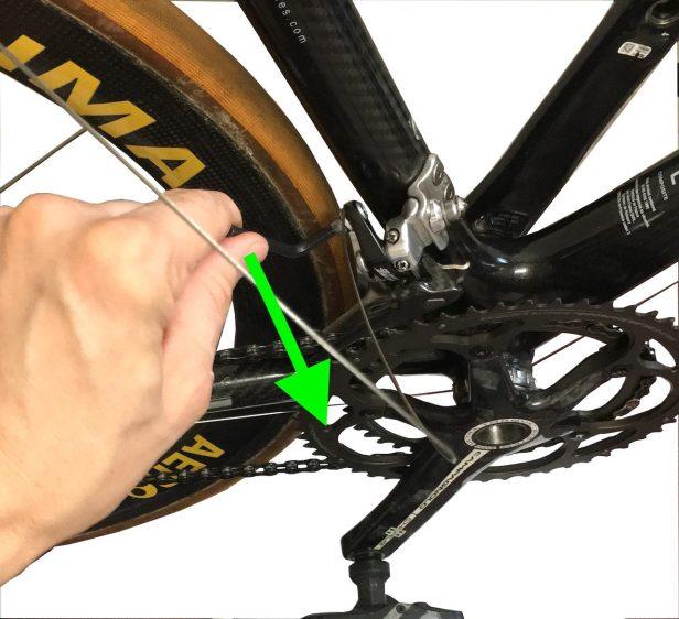 Serrage du câble de dérailler avant.