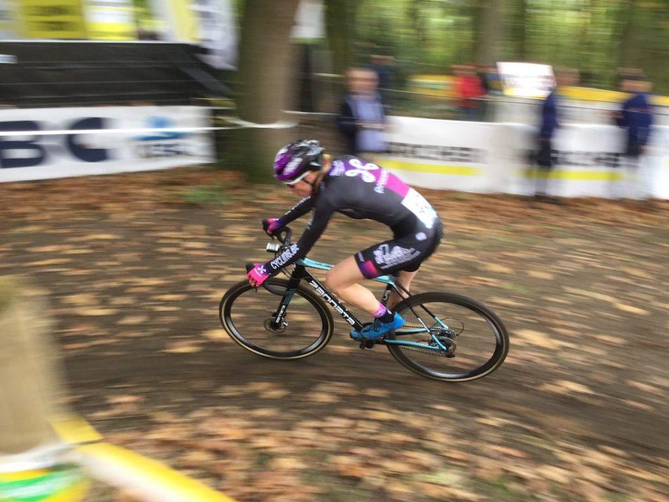 Une cyclocrosswoman sur un vélo Zannata