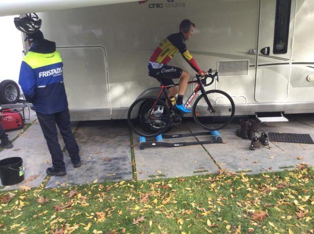 Champion de Belgique espoir s'échauffant sur home-trainer.