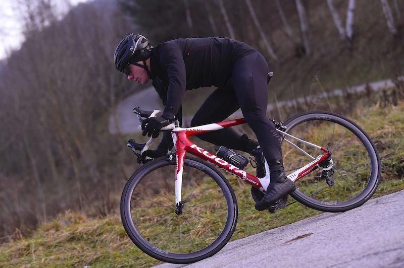 Cycliste roulant sous la pluie.