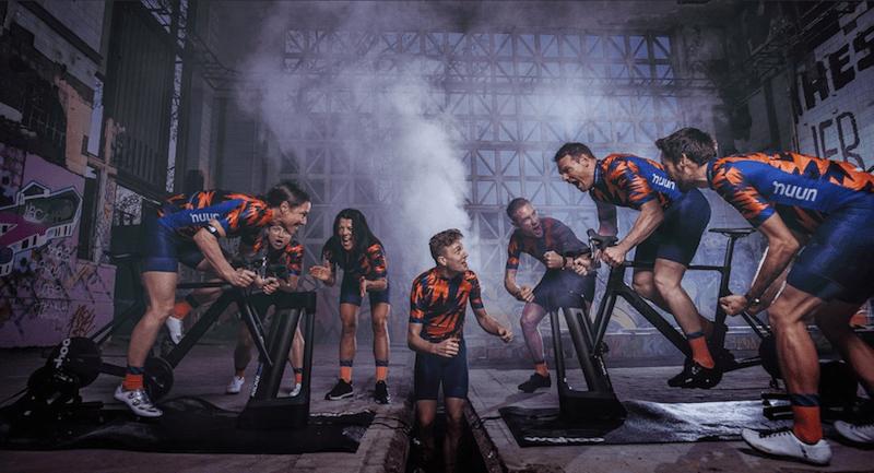 Cyclistes pédalant sur un home-trainer avec vélo carbone