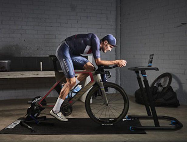 Cycliste sur un vélo de chrono et home trainer
