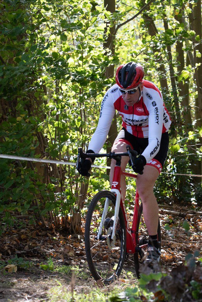 Cycliste avec casque HJC Valeco