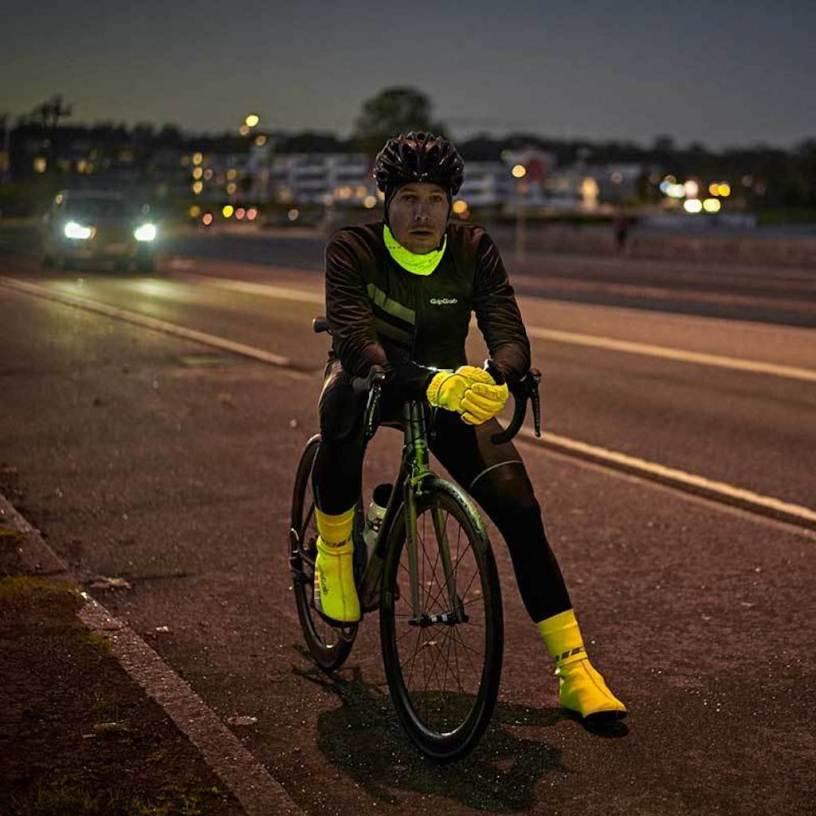 Cycliste avec surchaussures GripGrab