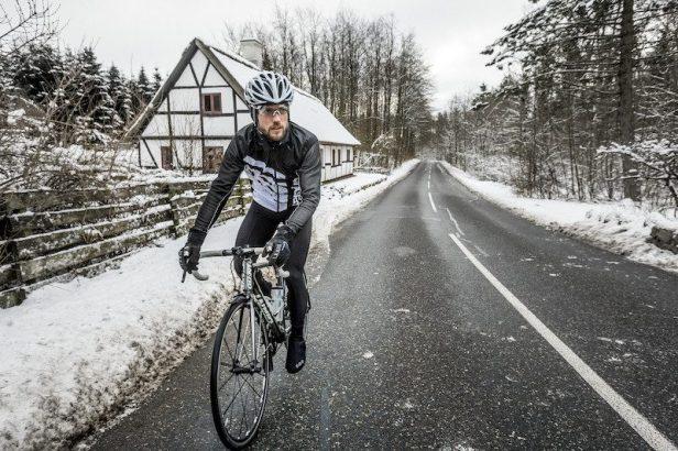 cycliste roulant sur une route enneigée