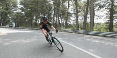 Cycliste en virage avec pneu Pirelli