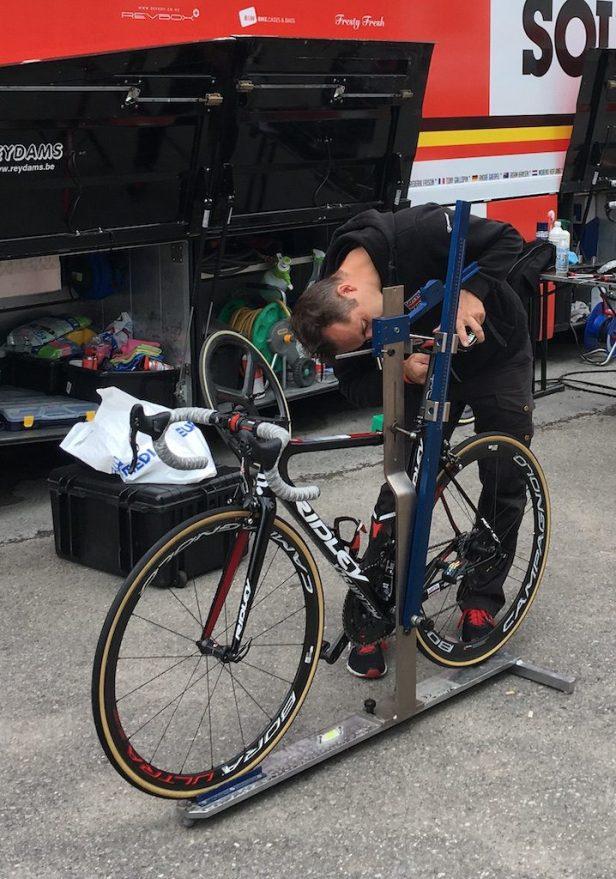 Mécanicien réglant la position d'un vélo