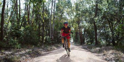 Cycliste femme pratiquant le Gravel