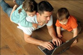 Родител се регистрира в сайт за платени онлайн анкети