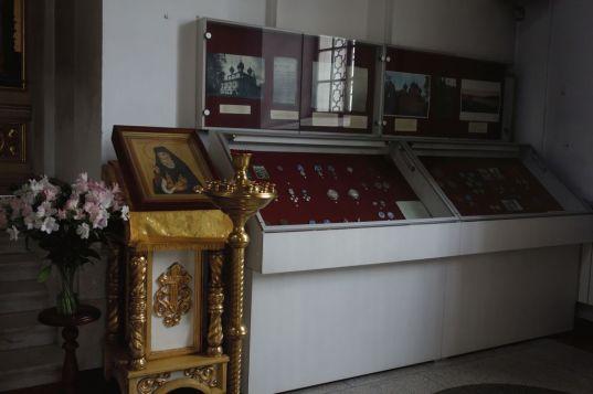Музейная витрина в Спасо-Преображенском соборе, посвященная роду Ушаковых