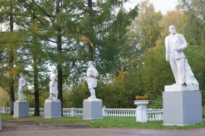 Во дворе Дома культуры поселка ГЭС