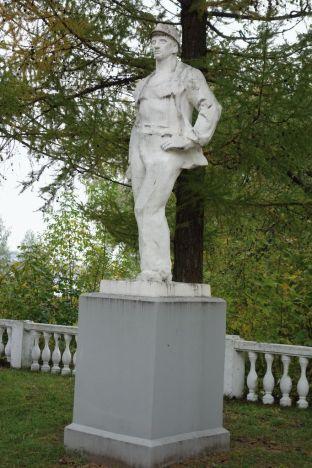 Памятник в поселке ГЭС
