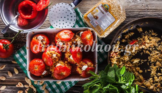 Ντομάτες γεμιστές με μανεστράκι, αμύγδαλα και δυόσμο