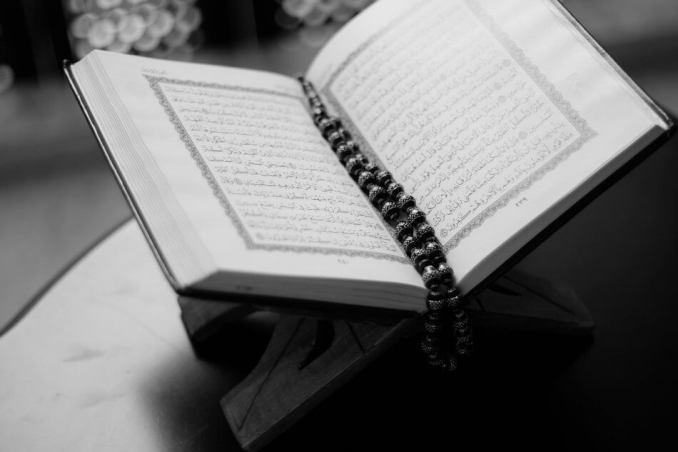 foto al quran dengan tasbih diatasnya doa surat