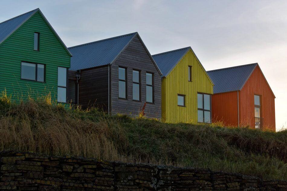 gambar rumah berjejer warna warni, rumah pelangi, kos kosan