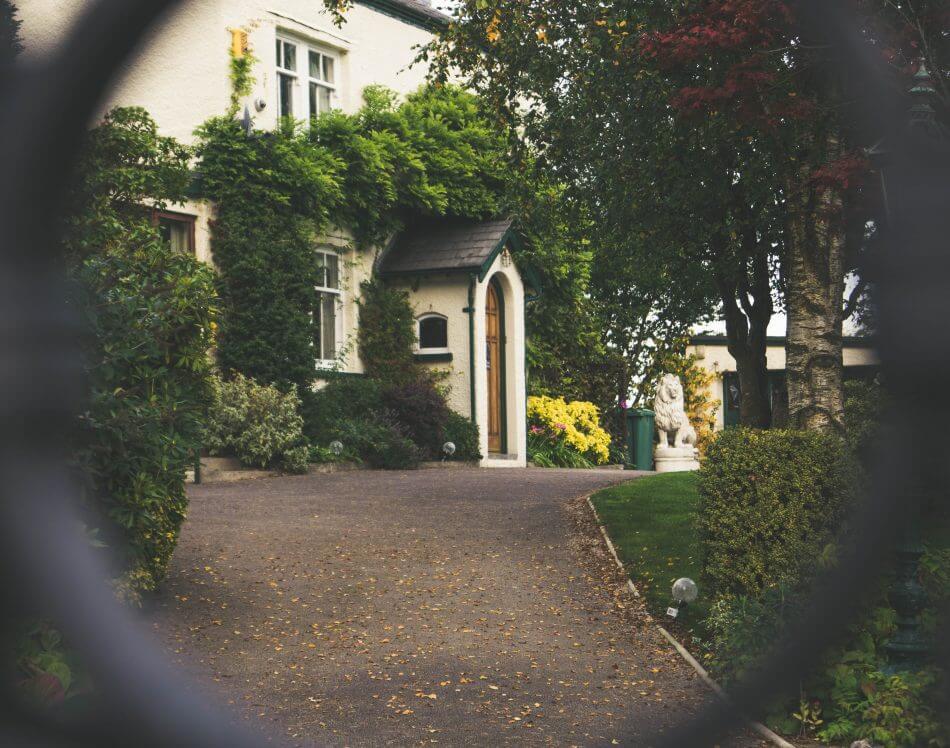gambar rumah mewah putih dengan frame dan sudut pandang kamera tersembunyi