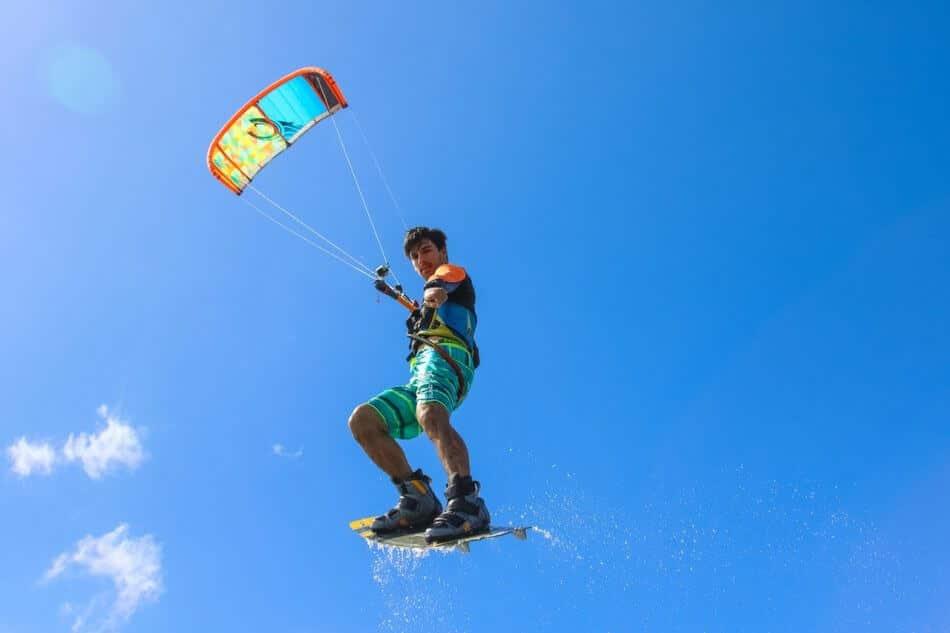gambar orang sedang olahraga extreme, olahraga selancar air dengan parasut