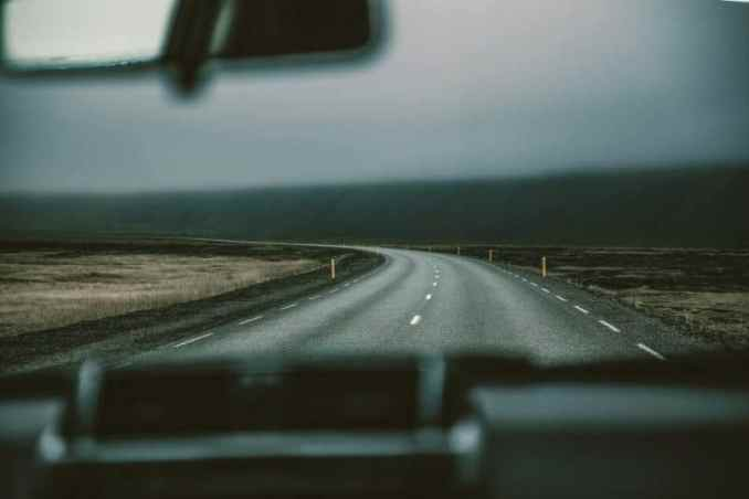 jalanan yang terlihat daridalam mobil, dari kaca depan mobil