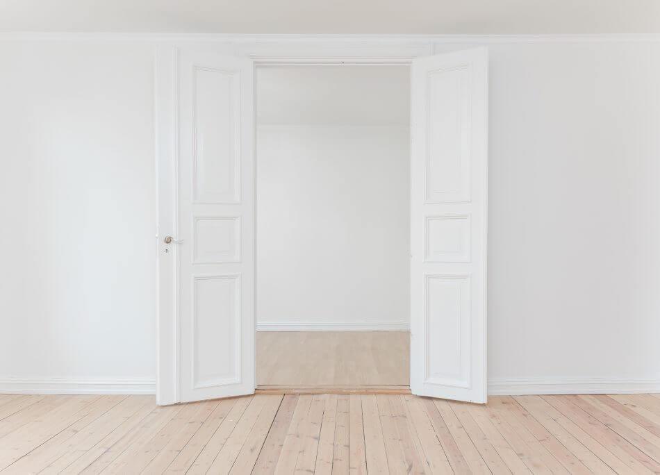 12 pintu pembuka rezeki, ada pintu putih dengan dua daun pintu yang terbuka lebar dengan lantai kayu