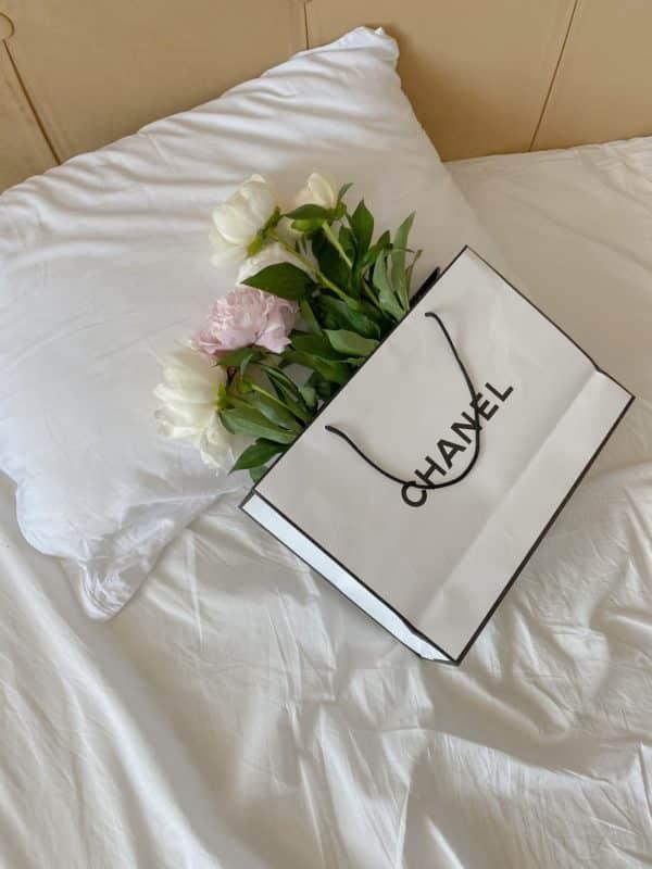foto keren untuk profil whatsapp instagram telegram tiktok facebook line aestetik estetik rangkaian bunga mawar putih pink di dalamtas belanja chanel di atas kasur hotel seprai putih