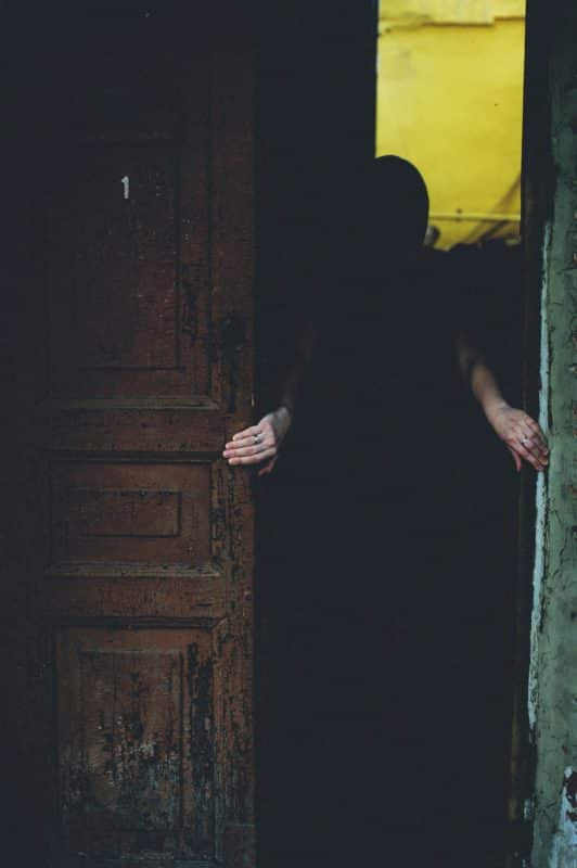foto keren untuk profil whatsapp instagram telegram tiktok facebook line siluet orang di dalam rumah belakang pintu memegang batas lubang untuk masuk di lorong gelap