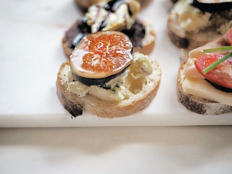 Crostini with figs, honey and blue cheese