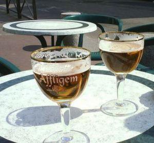 Comment s'hydrater en vélo - une bière en terrasse