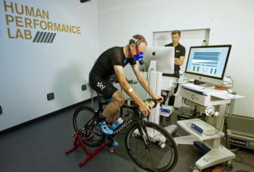 Dingue de vélo - Chris Froome dans les labo GSK en pleine mesure de ses performances - de la VO2 max etc