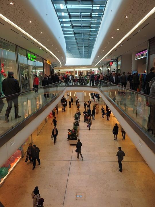 A especialista Roberta Veloso fala sobre o futuro do mercado de shopping centers no novo normal