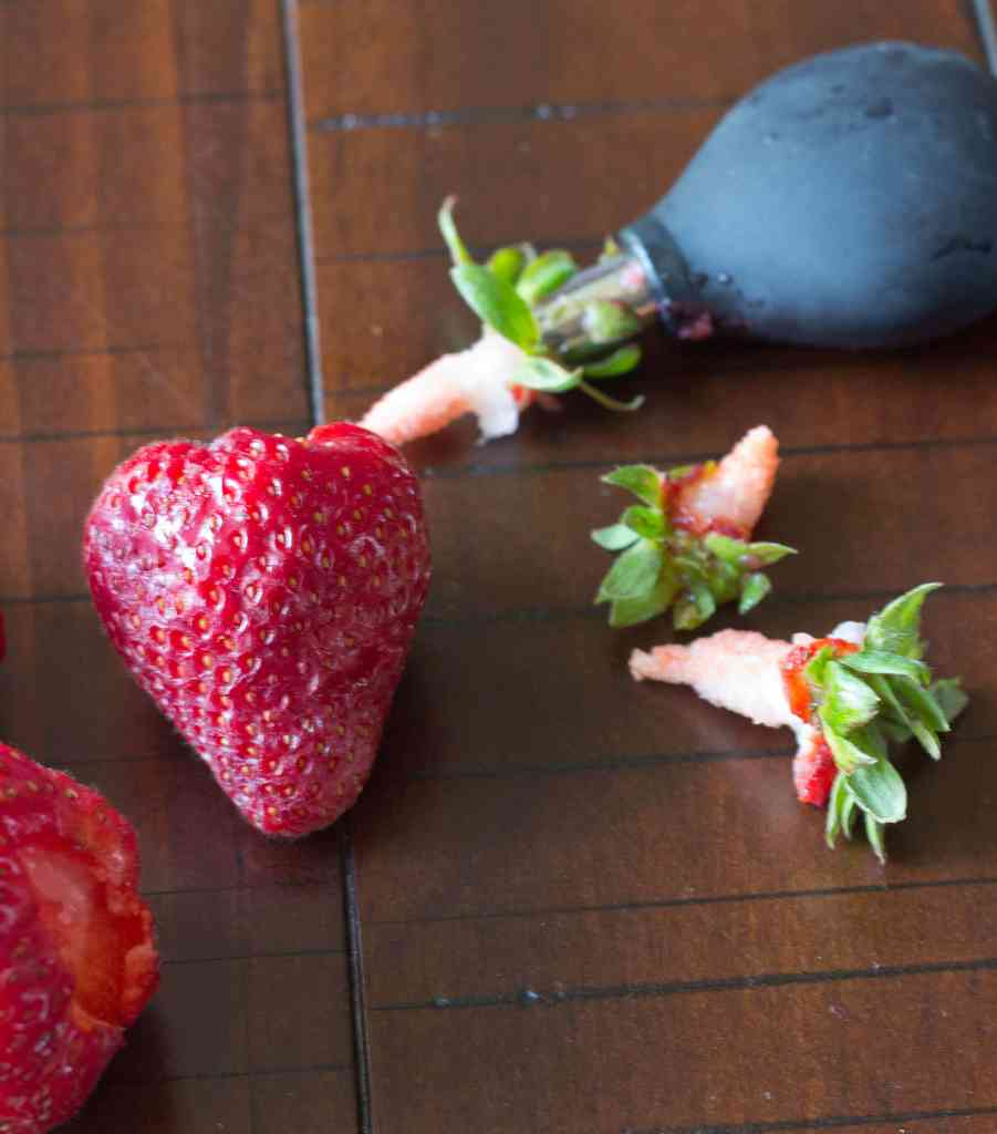 strawberries with oxo stem remove in use