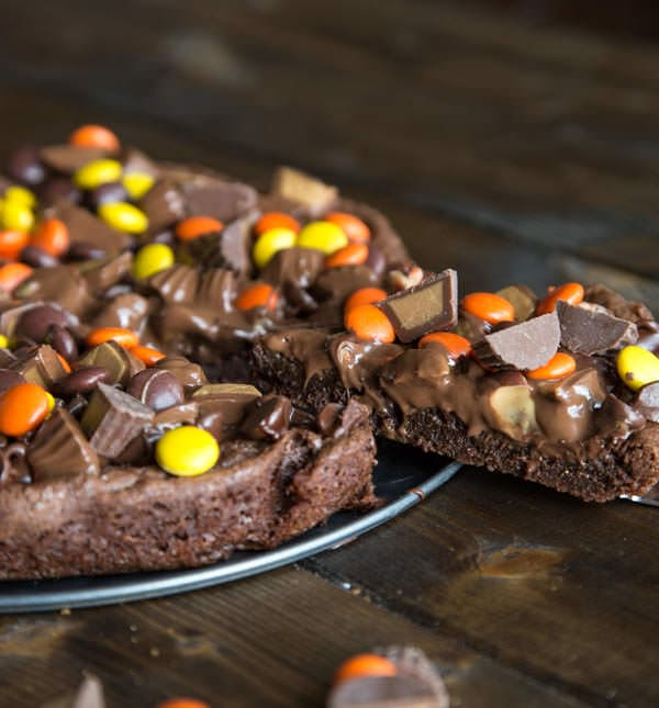 Peanut Butter Brownie Pizza - fudgy brownie topped with peanut butter cups and other candy