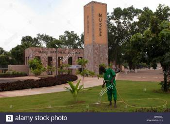gardener-watering-the-garden-around-the-national-museum-of-mali-bamako-bx68ya