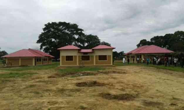 Inauguration des bâtiments de l'école primaire de Kimpanga.