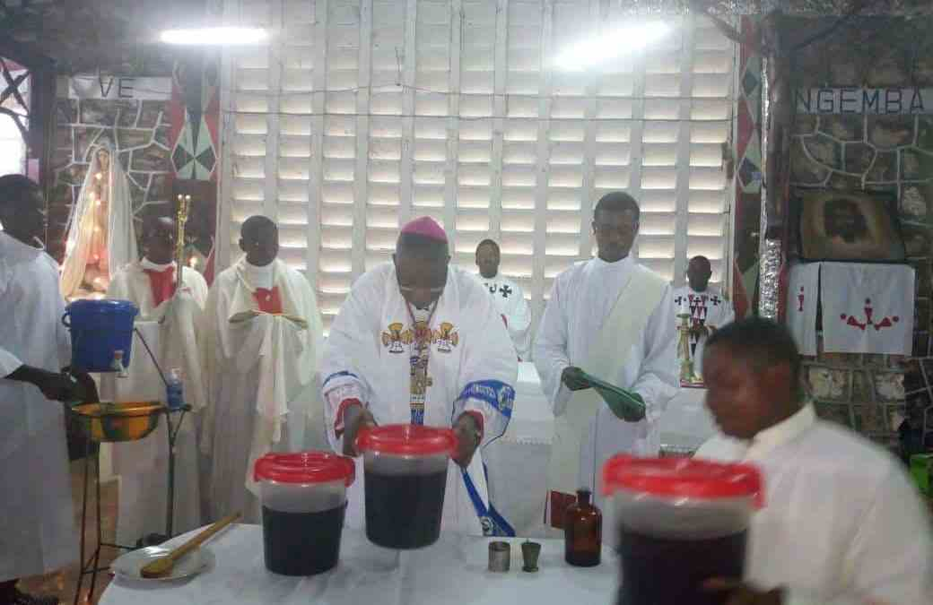 Mgr José Moko a célébré la messe chrismale ce mardi en l'Eglise cathédrale Saint Kizito.
