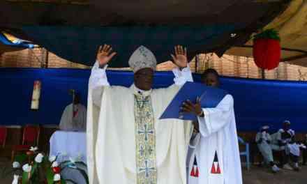 Monseigneur José Moko confirme 2355 chrétiens dans le diocèse d'Idiofa!