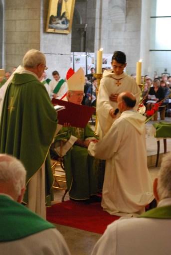 Dialogue entre l'évêque et l'ordinand, mains jointes
