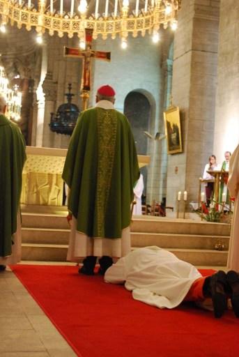 Prostration, durant laquelle l'assemblée chante la litanie des saints