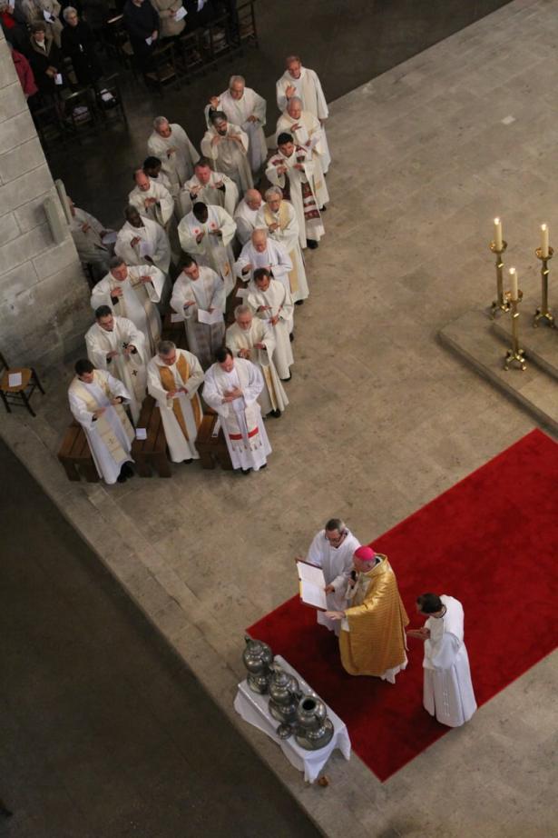 L'évêque et le presbyterium bénissent les Huiles Saintes