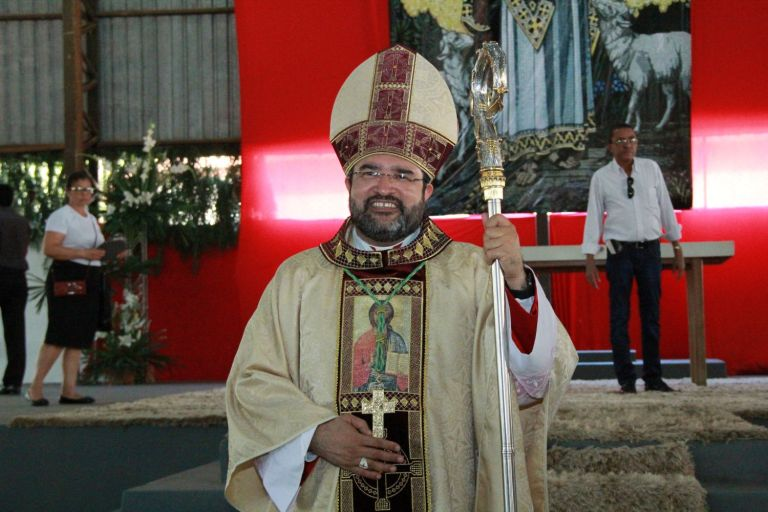 Dom Francisco, 5º bispo diocesano de Ipameri, é ordenado na cidade de Uruaçu