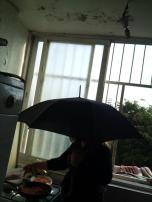 הגשם חודר לבית