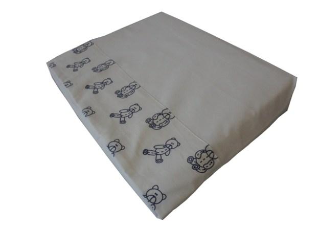 travesseiro anti-refluxo para bebê com fronha branca e barrado estampado de ursinhos